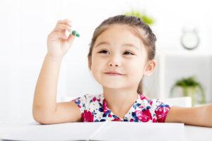 小学校受験の勉強をする子供