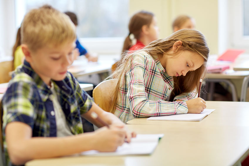 受験勉強をする小学生