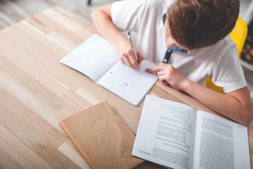 英語の勉強をする中学生