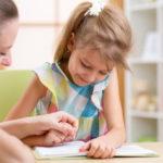 勉強をする低学年の子供
