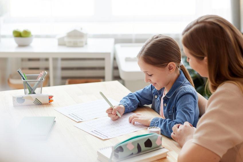 算数ドリルの勉強をする子供