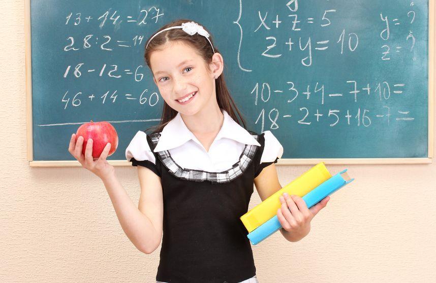 算数の計算をする女の子