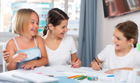 子供に勉強を教える親