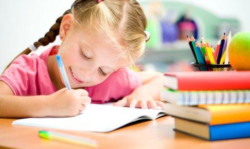 家庭学習で英語を勉強する子供