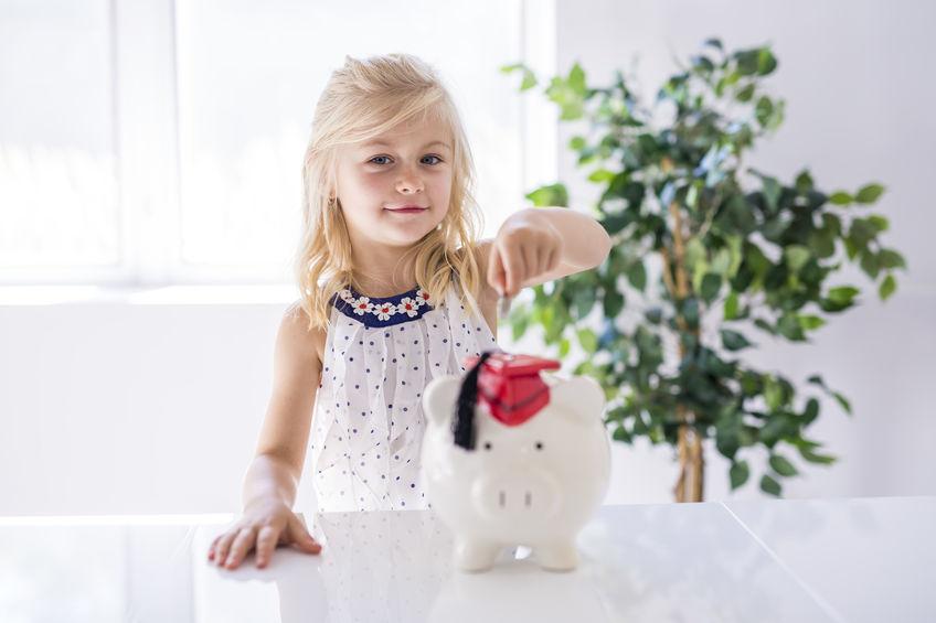 子供と貯金箱