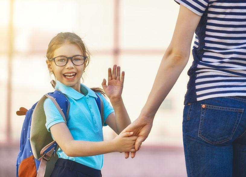 通塾をする女の子