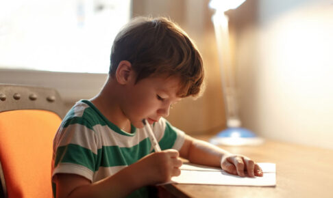 字を書く練習をする子供