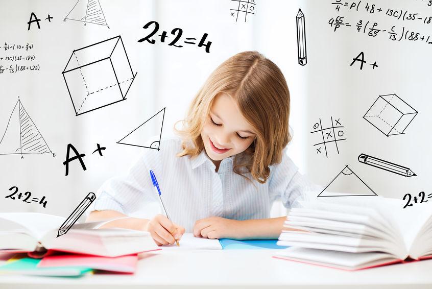 集中して勉強をする子供