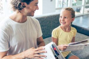新聞を読む小学生
