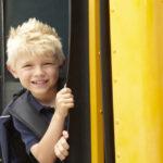 幼稚園バスに乗る子供