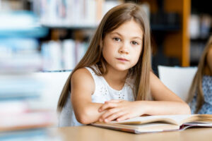 読書をする小学生