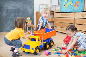 おもちゃの取り合いをする子供