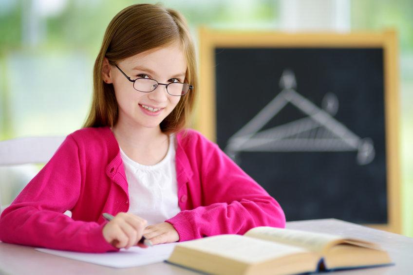 国語の勉強をする小学生